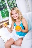 Menina com pera e laranja Imagens de Stock Royalty Free