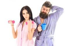 Menina com peso, homem com o copo de café, isolado no fundo branco Pares, família nas caras sonolentos na rotina da manhã Imagens de Stock Royalty Free