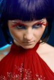 Menina com pestanas vermelhas e um tatuagem foto de stock royalty free