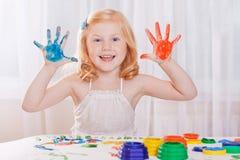 Menina com pinturas coloridas Imagens de Stock