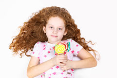 Menina com pirulitos coloridos Fotografia de Stock Royalty Free