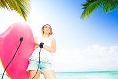 Menina com placa do corpo para nadar perto do mar foto de stock
