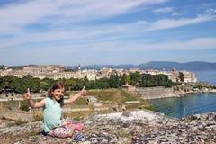 Menina com polegares acima na cidade Grécia de Corfu Imagem de Stock