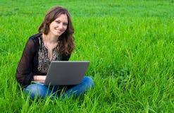 A menina com portátil Foto de Stock Royalty Free