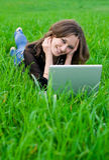 A menina com portátil Imagens de Stock Royalty Free