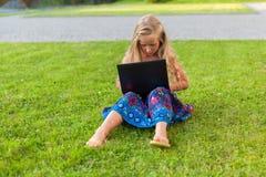 Menina com portátil Fotos de Stock