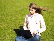 Menina com portátil Fotos de Stock Royalty Free