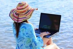 Menina com portátil Fotografia de Stock Royalty Free
