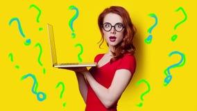 Menina com portátil e pontos de interrogação video estoque