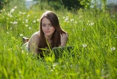 Menina com portátil em um parque Imagem de Stock Royalty Free