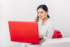 Menina com portátil vermelho fotografia de stock