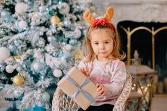 Menina com presente de Natal em suas mãos fotos de stock royalty free