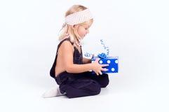 Menina com presente do azul Fotos de Stock