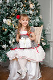 Menina com presente do Natal indoor fotografia de stock