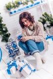 Menina com presentes do Natal foto de stock