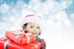 Menina com presentes vermelhos Fotografia de Stock