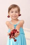 Menina com punhado das cerejas Imagem de Stock