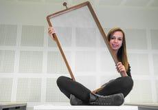 Menina com quadro abstrato Foto de Stock