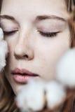 Menina com ramalhete do algodão fotos de stock royalty free