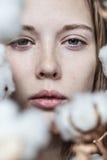 Menina com ramalhete do algodão imagem de stock royalty free