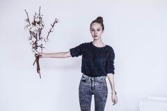 Menina com ramalhete do algodão foto de stock royalty free