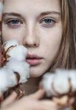 Menina com ramalhete do algodão fotos de stock