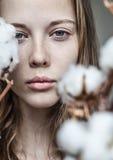 Menina com ramalhete do algodão foto de stock