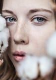 Menina com ramalhete do algodão imagem de stock