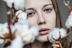 Menina com ramalhete do algodão fotografia de stock
