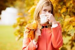 Menina com rhinitis frio no fundo do outono Estação de gripe da queda Mim Fotos de Stock