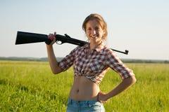 Menina com rifle de ar Imagem de Stock