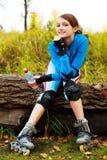 Menina com rollerskates fotografia de stock