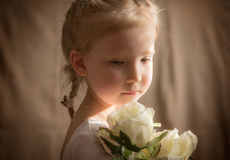 Menina com rosas cremosas 2 Fotografia de Stock Royalty Free