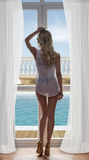 Menina com roupa interior 'sexy' perto da janela Foto de Stock Royalty Free