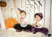 A menina com Síndrome de Down e seu amigo comem doces em um feriado o Dia das Bruxas Fotografia de Stock Royalty Free