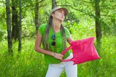 Menina com saco cor-de-rosa Imagens de Stock Royalty Free