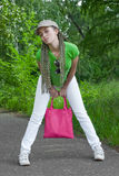 Menina com saco cor-de-rosa Fotografia de Stock