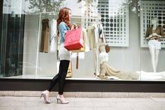 Menina com sacos de compra imagens de stock royalty free