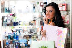 Menina com sacos e cartão Imagem de Stock