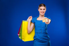 Menina com sacos e cartão de crédito nas mãos Fotos de Stock Royalty Free