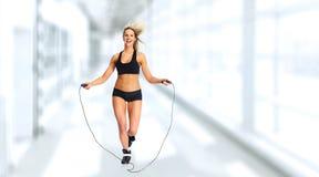 Menina com saltar-corda foto de stock