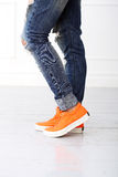 Menina com sapatas alaranjadas Imagens de Stock