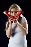 Menina com sapatas vermelhas à disposição Fotos de Stock Royalty Free