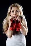 Menina com sapatas vermelhas à disposição Imagem de Stock Royalty Free