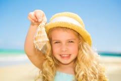 Menina com seashell Fotos de Stock Royalty Free