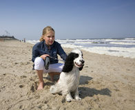 Menina com seu cão fotos de stock