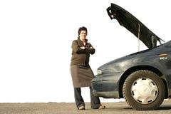 Menina com seu carro quebrado imagem de stock