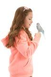 Menina com seu periquito australiano do pássaro do animal de estimação fotografia de stock royalty free
