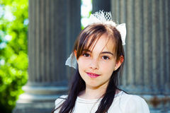 Menina com seu primeiro vestido do comunhão imagem de stock royalty free