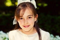 Menina com seu primeiro vestido do comunhão fotos de stock royalty free